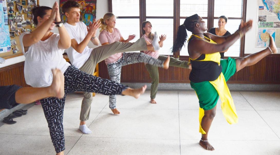 タンザニアでアフリカのダンスを体験する高校生ボランティアたち